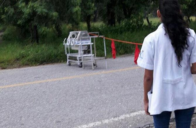 Trabajadores del hospital de Putla bloquean carretera 125