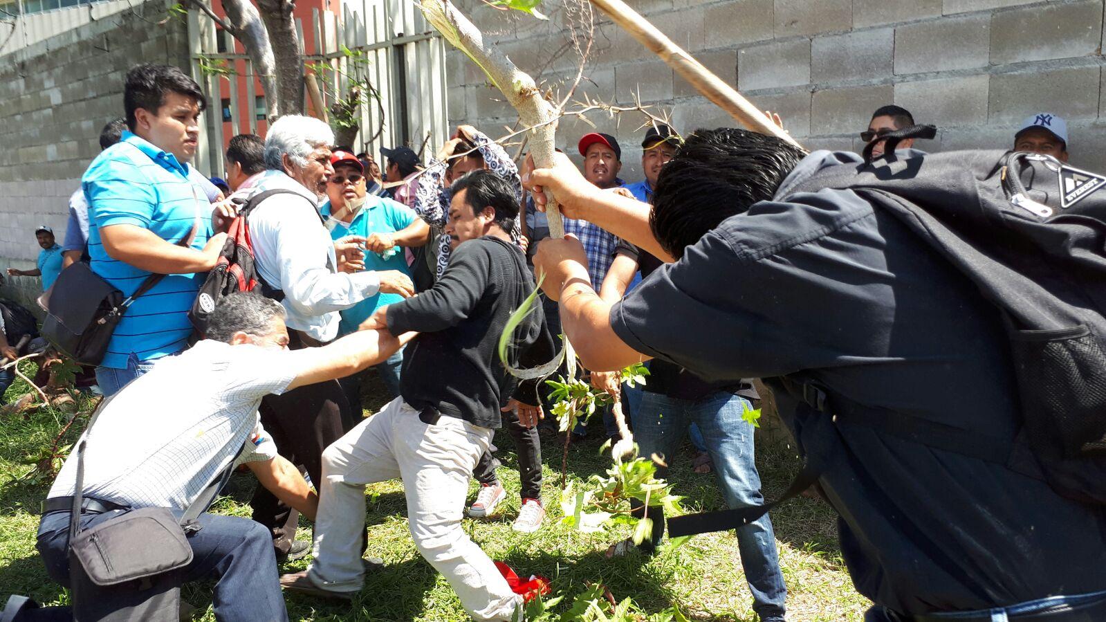 Pobladores enfrentan a trabajadores de Ciudad Administrativa