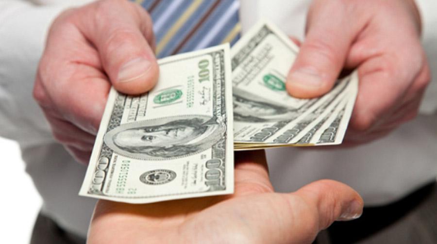 Baja el dólar hasta 18.95 pesos a la venta en bancos