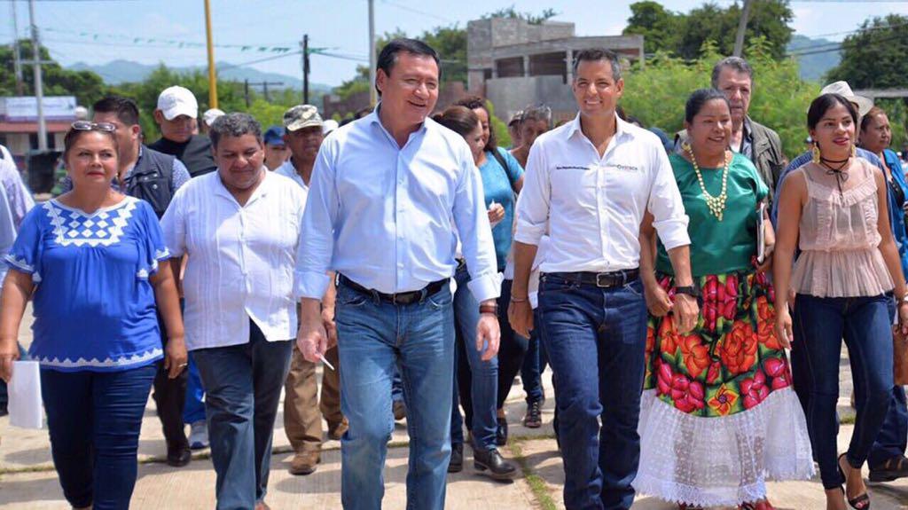Niña pide a Osorio Chong, entre lágrimas, reconstruir su escuela en Oaxaca