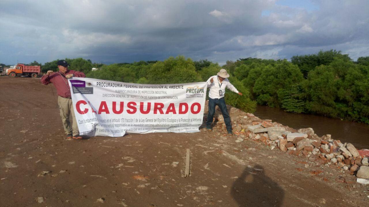 Clausura Profepa tiradero ilegal de escombros en río de Oaxaca