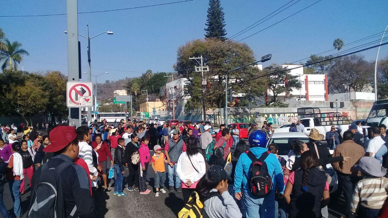 Bloquean calles de la capital de Oaxaca para exigir reparaciones por sismo