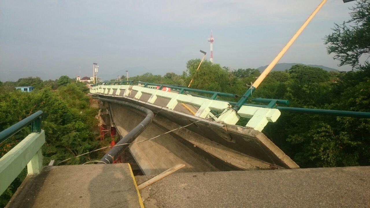 Colapsa puente en Oaxaca tras sismo