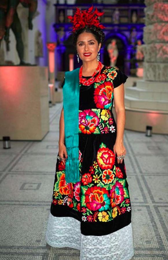 Salma Hayek Inaugura Exposición De Frida Kahlo Y Luce Traje