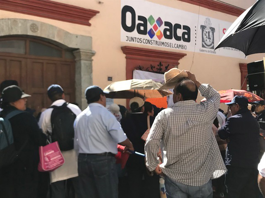 Sindicalizados de Salud marchan y bloquean calles de Oaxaca