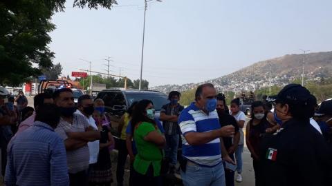 Hugo Jarquín encabeza protesta por mega manta que advierte del riesgo; exige la retiren inmediatamente.