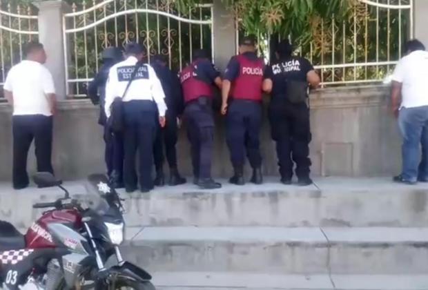 Cómo siempre la policía sólo lleva a ver el chisme, no previene el delitos, ni mucho menos detiene a nadie.