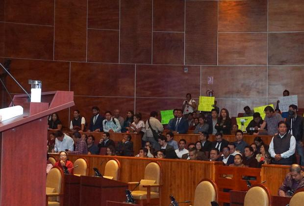 Pancartas de protesta durante intervención.