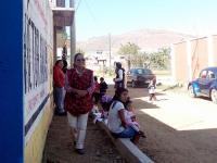 La maestra sale a burlarse de los padres de familia, pues la CNTE la protege.