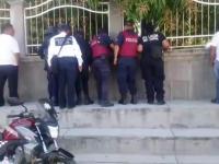 Cómo siempre la policía sólo llega a ver el chisme, no previene el delitos, ni mucho menos detiene a nadie.