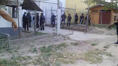 SeguridadMotín en el penal de Matías Romero-OaxacaViernes Marzo 10 2017- 21:06  Internos tienen secuestrados a funcionarios de Readaptación Social